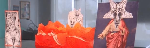 Universidad expone Biblia rasgada junto con una imagen satánica
